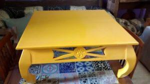 mesade-centro-em-madeia-de-demolicao-com-pintura-na-cor-amarelo-r79000